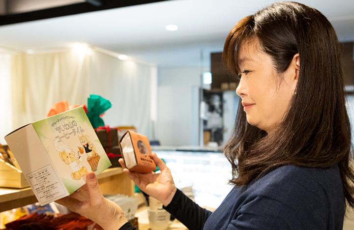 カフェドロマン  おみやげを選ぶ平田さん