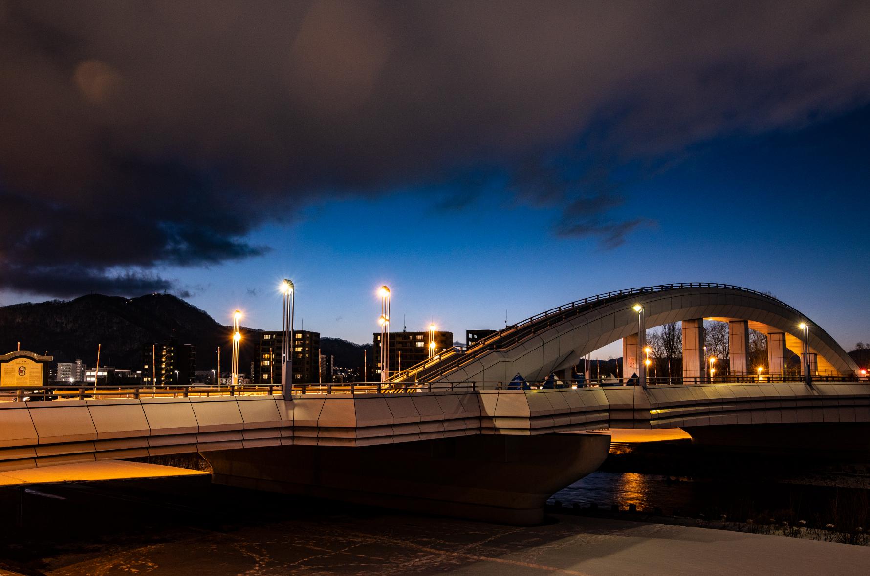 幌平橋と藻岩山のブルームーン